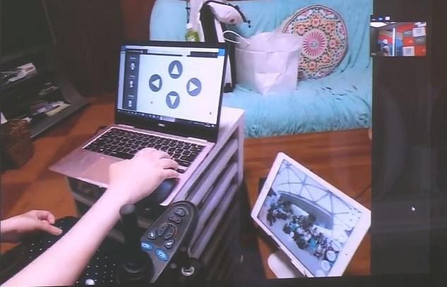 Evden çıkamayan vatandaşlar laptop'ları üzerinden kafede hizmet veren robotları yönetiyor.