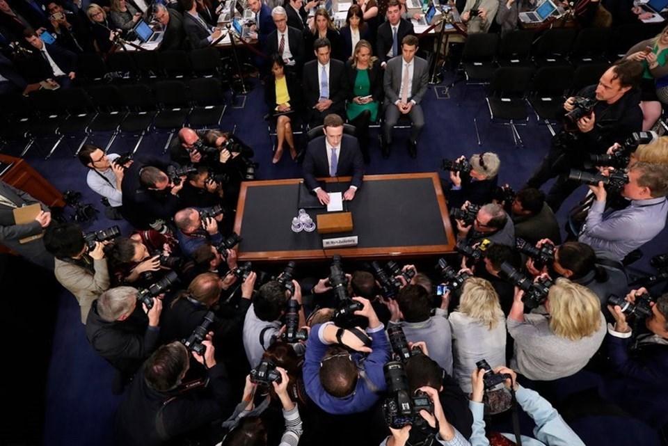 """Facebook CEO'su Mark Zuckerberg (35), şirketin veri sızıntısı skandalıyla ilgili 11 Nisan 2018'de ABD Senatosunda ifade vermişti. Facebook'un kullanıcılara karşı sorumluluğu için geniş bir bakış açısı almadığını ifade eden Zuckerberg, """"Bu büyük bir hataydı. Benim hatamdı ve özür dilerim"""" demişti."""