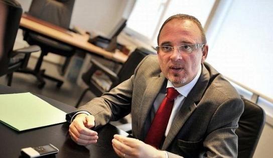 Fransa Sosyalist Parti milletvekili Yann Galut, Apple'ın mahkeme kararına uymaması durumunda iPhone başına 1 milyon euro ile cezalandırılmasını istiyor.