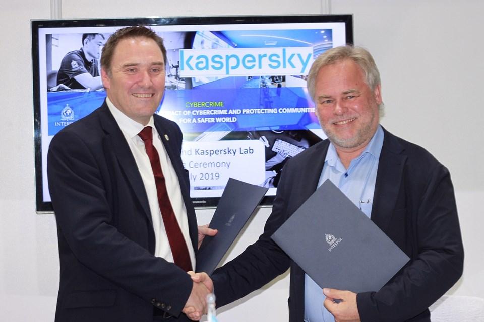 Kaspersky CEO'su Eugene Kaspersky (sağda)NTERPOL Polis Hizmetleri Yönetici Direktörü Tim Morris (solda)