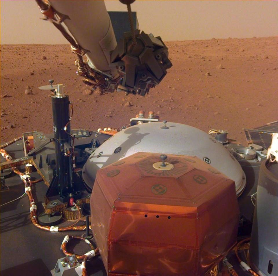 Kızıl gezegen Mars'ın yüzeyinde, sismik inceleme aracı  InSight tarafından kaydedilen sesler yayımlandı. ile ilgili görsel sonucu