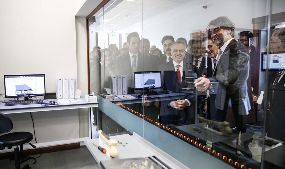 """KUTTAM açılış töreni, Koç Üniversitesi Rumeli Feneri Kampüsünde Cumhurbaşkanlığı Strateji ve Bütçe Başkanlığı Başkanı Naci Ağbal (solda), ve KUTTAM Direktörü Prof. Dr. İhsan Solaroğlu'nun (sağda) katılımıyla gerçakleştirildi. Açılışın ardından Ağbal, """"KUTTAM""""ı gezerek bilgi aldı."""