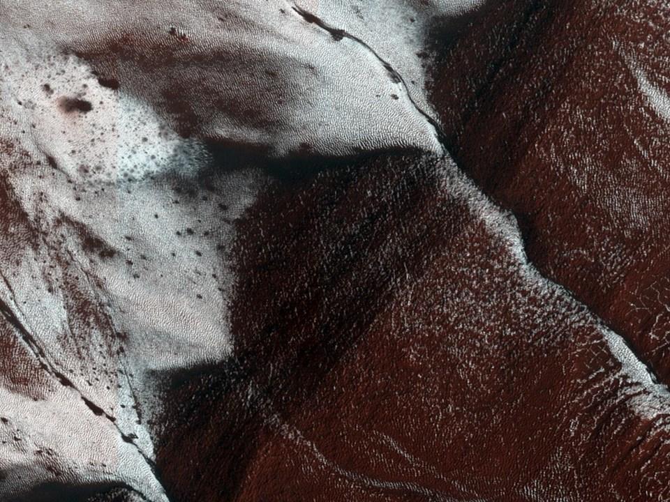 Mars'ın donmuş yamaçları