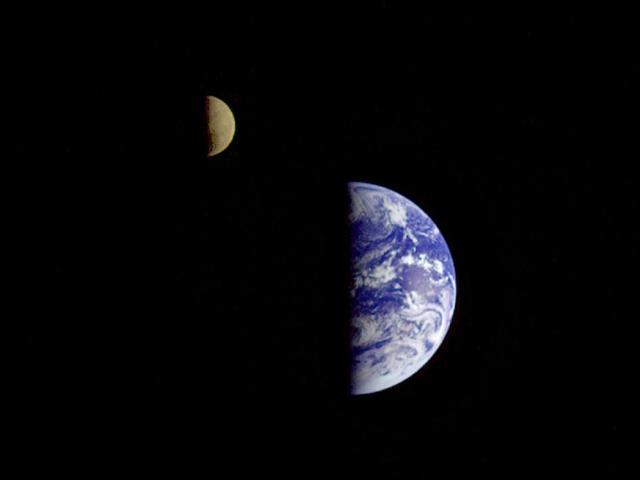 Galileo uzay aracının yaklaşık 6.2 milyon kilometre uzakta çektiği bu fotoğrafta Dünya ve uydusu birlikte görülüyor.