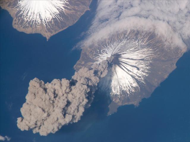 23 mayıs 2006'da Clevland Volkanı faaliyete geçtikten hemen sonra, Uluslararası Uzay İstasyonu bu fotoğrafı çekti.