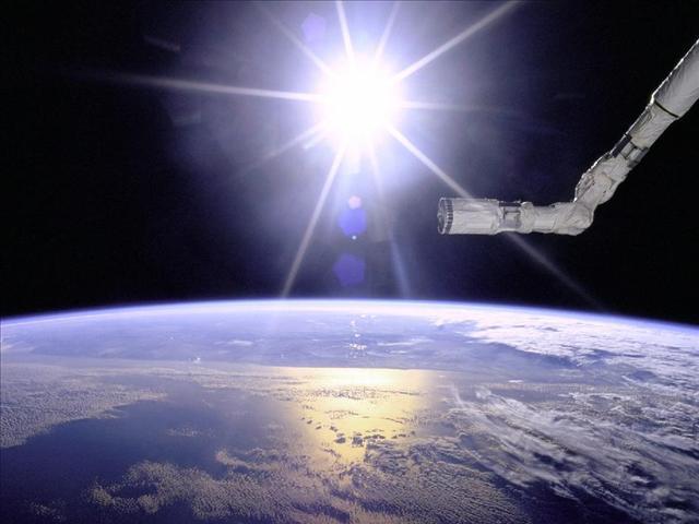 1996'da çekilen bu fotoğrafta, uzay Mekiği Endeavor'un mekanik kolu dünya ve Güneş'e doğru uzanıyor.