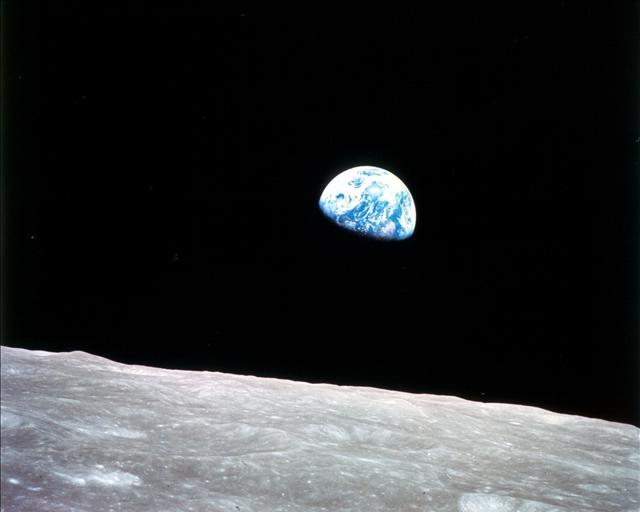 Mavi gezegenin en bilinen fotoğraflarından biri, 24 Aralık 1968'de çekildi. Bu fotoğraf Ay'ın yörüngesine girmiş Apollo 8'den çekildi.