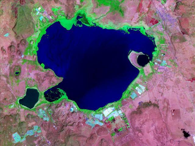 Bu fotoğrafta herhangi bir oynama yok. Kenya'daki naivasha Gölü gün batımında uzaydan böyle görünüyor.