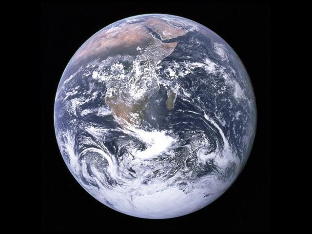 Apollo 17'nin gönderdiği bu fotoğrafta, yarımkürenin tamamı görülebiliyor.
