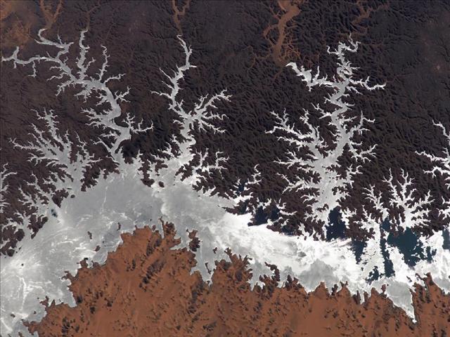 Mısır'ın Nasır Gölü. Ocak 2005'te Uluslararası Uzay İstasyonu'ndan fotoğraflandı.