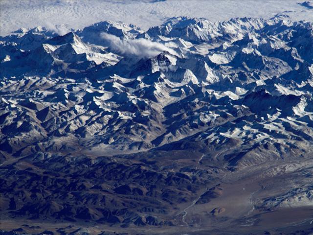 Tibet Platosu'nda Everest ve ona eşilk eden diğer zirveler... Fotoğraf bir uçaktan çekilmiş gibi görünüyor ama 2004'te Uluslararası Uzay İstasyonu'ndan çekildi.