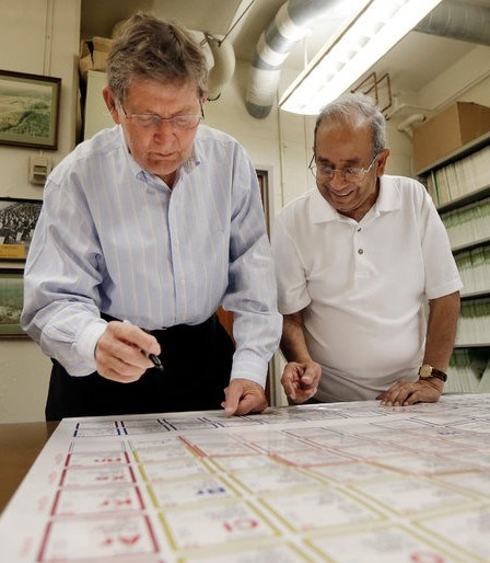 Tennessine elementini keşfeden bJoe Hamilton (solda)ve A. V. Ramayya.