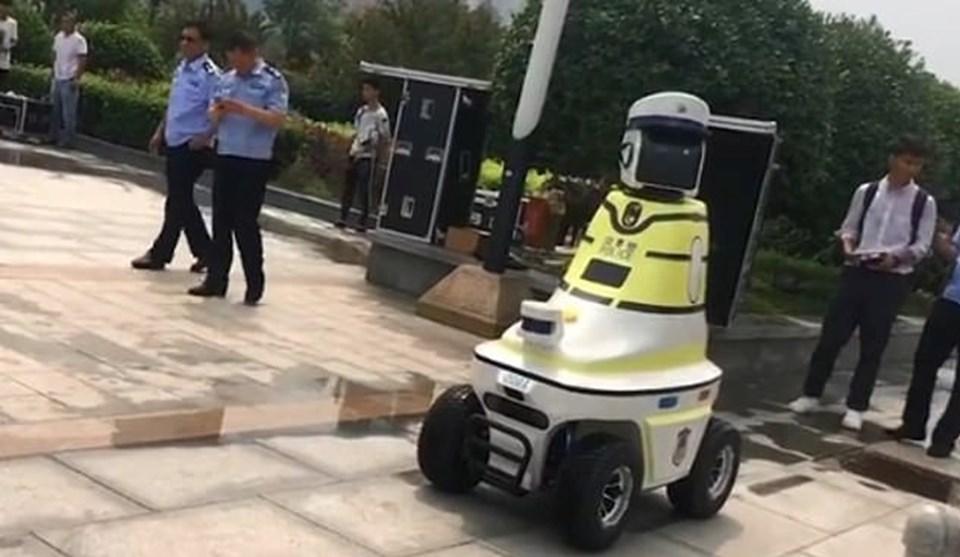 https://cdn1.ntv.com.tr/gorsel/teknoloji/robot-trafik-polisleri-goreve-basladi/cin-robot,yZ5j3mrVv0y5fSal_oCccg.jpg?width=960&mode=crop&scale=both&v=20190808155509162