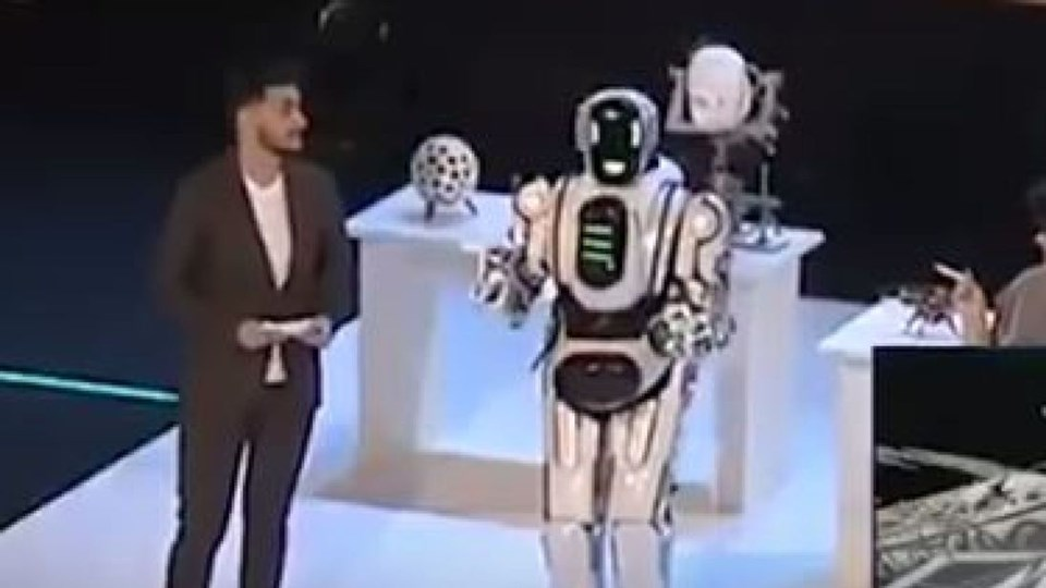 RUSYA'NIN 'İLERİ TEKNOLOJİ ROBOT'U KOSTÜM GİYMİŞ İNSAN ÇIKTI