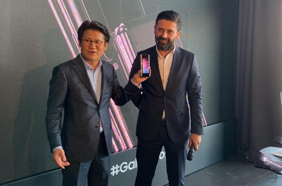 Samsung Electronics Türkiye Başkanı DaeHyun Kim (solda) Samsung Electronics Türkiye Mobil Ürünlerden Sorumlu Strateji ve Ürün Pazarlama Direktörü Anıl Öztekin (sağda)