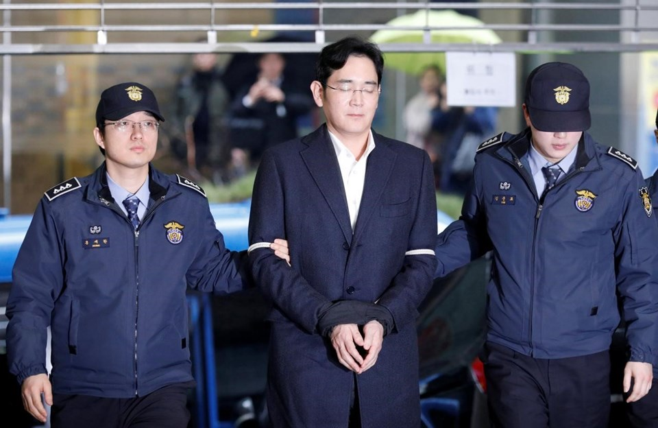49 yaşındaki Lee Jae-yong, rüşvet de dahil olmak üzere bazı suçlamalar dolayısıyla şubattan bu yana cezaevinde bulunuyordu.