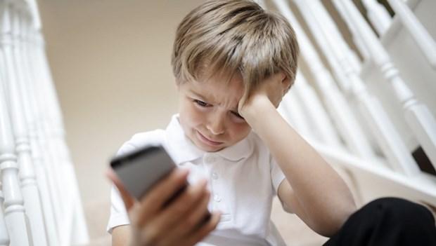 çocuk sosyal medya üzgün telefon.jpg
