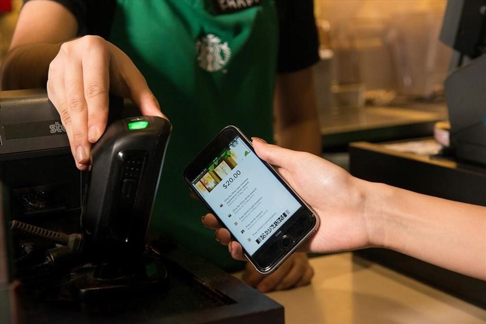 Uygulama sayesinde Starbucks mağazalarında para ya da karta ihtiyaç duyulmaksızın telefondan hızlı ve kolay ödeme yapılabiliyor.