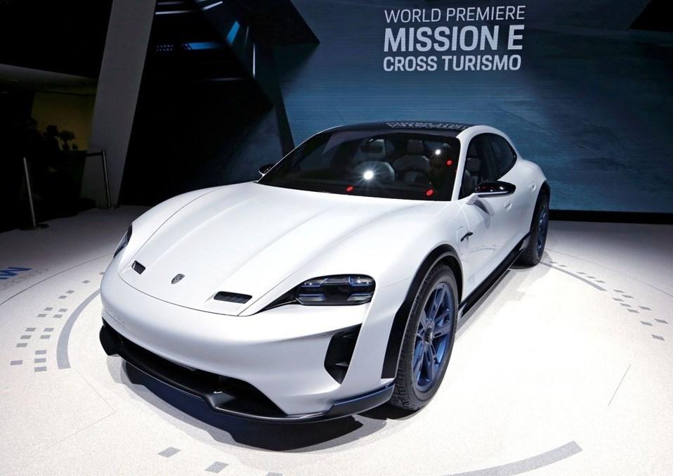 Şirketin bu alandaki vizyonunun bir simgesi olan elektrikli modeliMissionE CrossTourismo'nunprömiyeri önümüzdeki yıl yapılacak. Model sunduğu kesintisiz güç düzeyi piyasadaki hiçbir elektrikli otomobille kıyaslanamayacak kadar fazla. İki adet sabit mıknatıslı senkron motorundan (PSM) ürettiği 600hp(440 kW) üzerindeki güç ileMissionE CrossTurismosıfırdan 100 km/s hıza 3,5 saniyeden, 200 km/s hıza ise 12 saniyeden kısa bir sürede çıkabiliyor.
