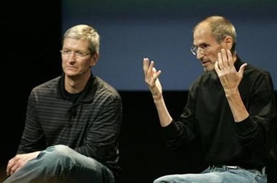 7 yıldan boyunca mücadele ettiği kansere yenik düşen SteveJobs (sağda), 2011 yılında hayatını kaybetmiş, Apple'ınbaşına ise TimCookgeçmişti.