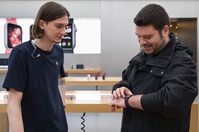 Sarper Kaya da yeni Apple Watch Nike+'ı seçti. Basketbol oynayan Sarper Apple Watch Series 4'ün daha büyük ekran ve daha ince tasarımından çok etkilendiğini belirtti.