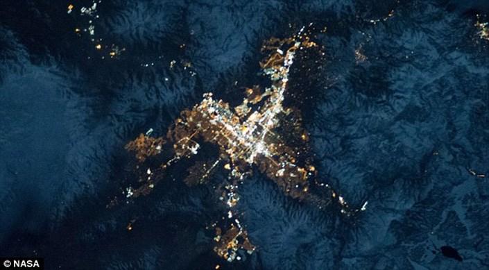 Uzay'dan şehirlerin gece karanlığındaki görüntüsü