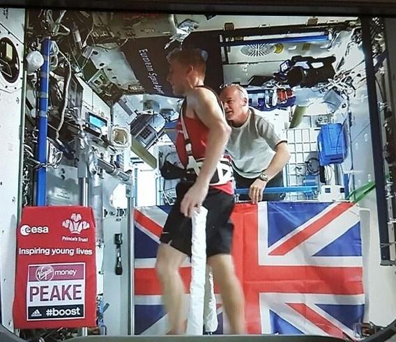 Peake, koşu sırasında yer çekimine karşı koyabilmek için de elastik bantlarla sabitlendi.