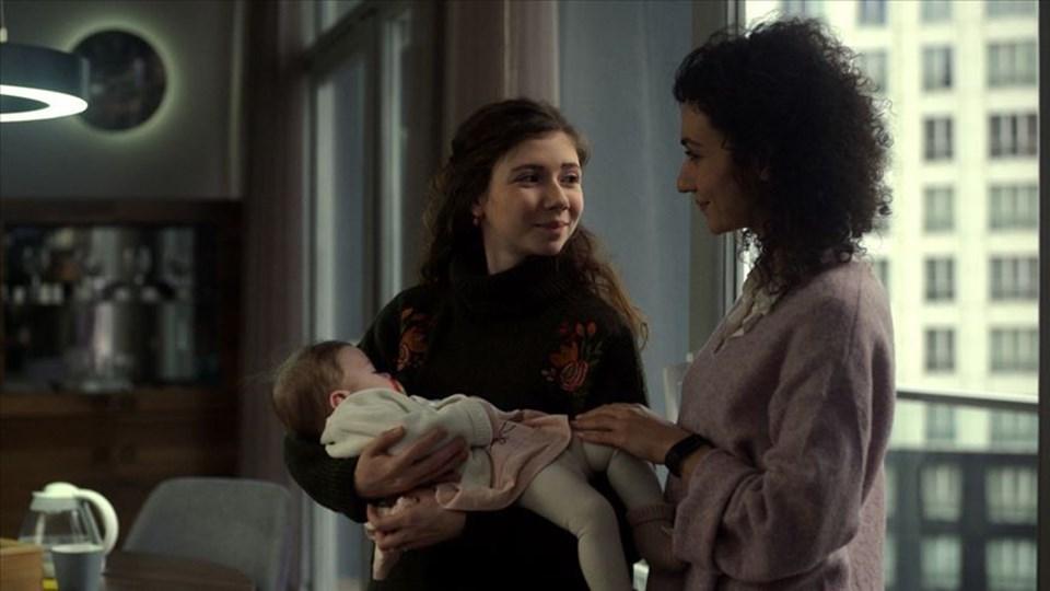 Bağlılık Aslı, anne olduktan sonra iş dünyasına dönmeye çalışan bir kadının hayatına odaklanıyor.