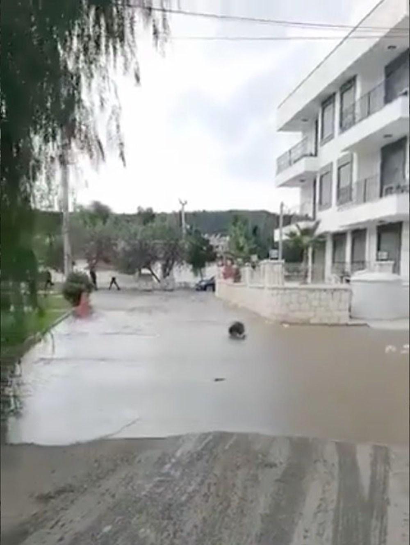 Seferihisar'da tsunami: Sokakları deniz suyu bastı - 5