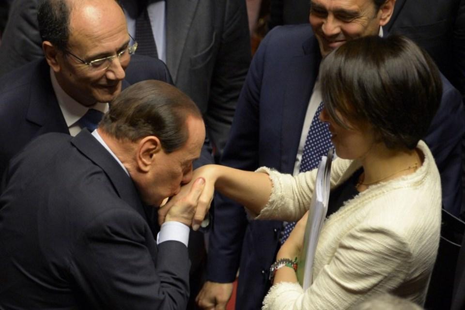 İtalya'nın eski başbakanı Silvio Berlusconi, Nisan 2013'te yapılan güvenoyu yoklamasında De Girolamo'nun elini böyle öpmüştü (AFP).