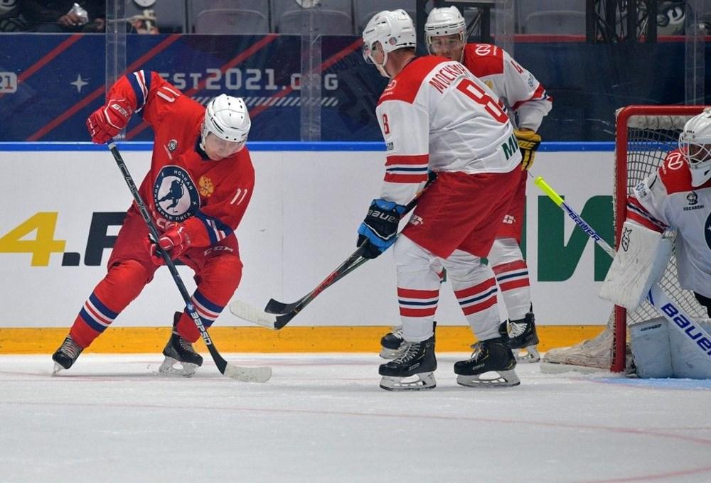 Putin'in renkli anları: Buz Hokeyi Gece Ligi'nin gala maçında sahada - 8