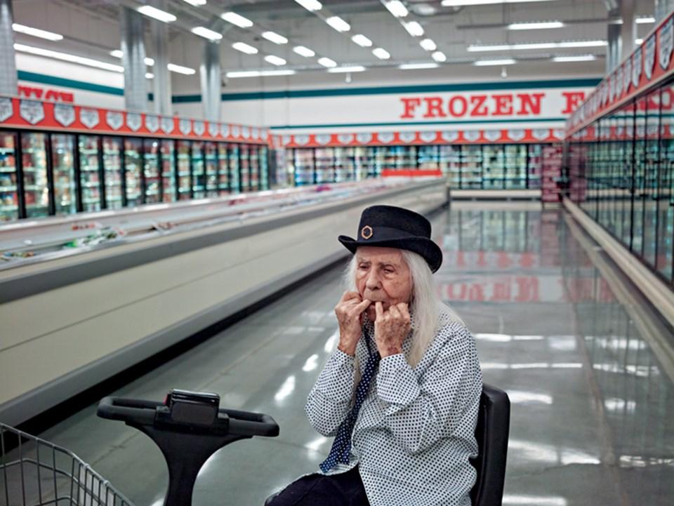"""Marion Stehura, 103: Ohio, Lorain'de büyüyen Stehura, top oynamak ve """"sert olmak"""" gibi """"erkeksi şeyler""""i yapmak istemiş. Bugün Kaliforniya, Hemet'te oğlu John'la alışverişe çıktığında mağazada uzun uzun, yüksek seste ıslık çalmaya bayılıyor. Oğulları küçü"""