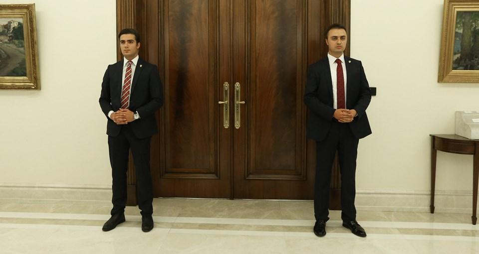 Toplantıda YAŞ üyesi komutanların yanında emir subaylarının yer almadığı görülürken, Köşk'te yapılan toplantıda kapıda asker yerine polisler bekledi.