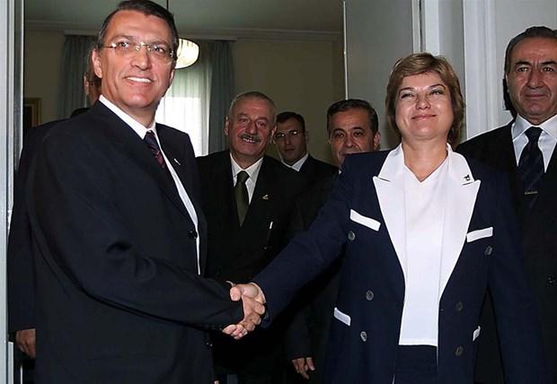 Çiller ve Yılmaz Erbakan'a arkasını döndü