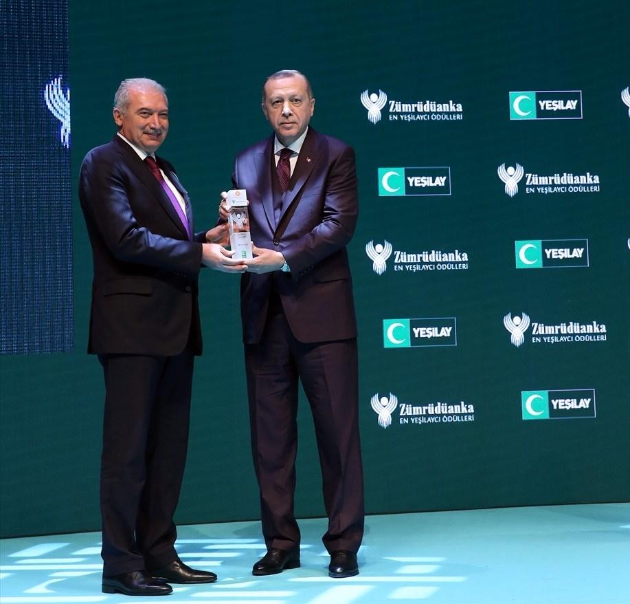 Mevlüt Uysal'a ödülünü Cumhurbaşkanı Erdoğan verdi.