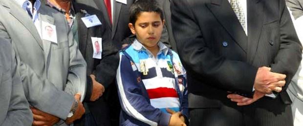 7 yaşında, babasının mezarına toprak attı