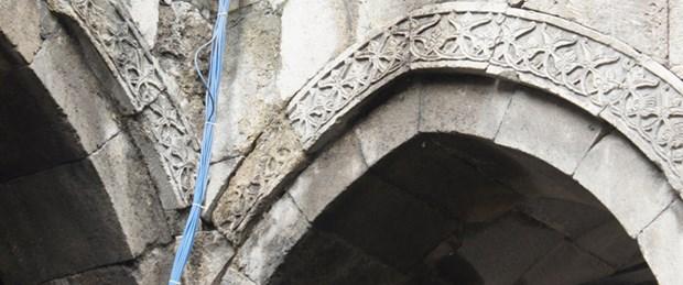 800 yıllık esere anten asıldı