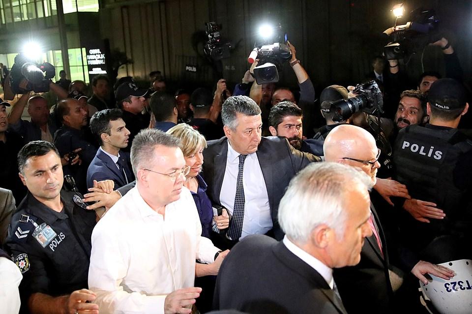 Rahip Brunson, yoğun güvenlik önlemleriyle Türkiye'den ayrıldı.
