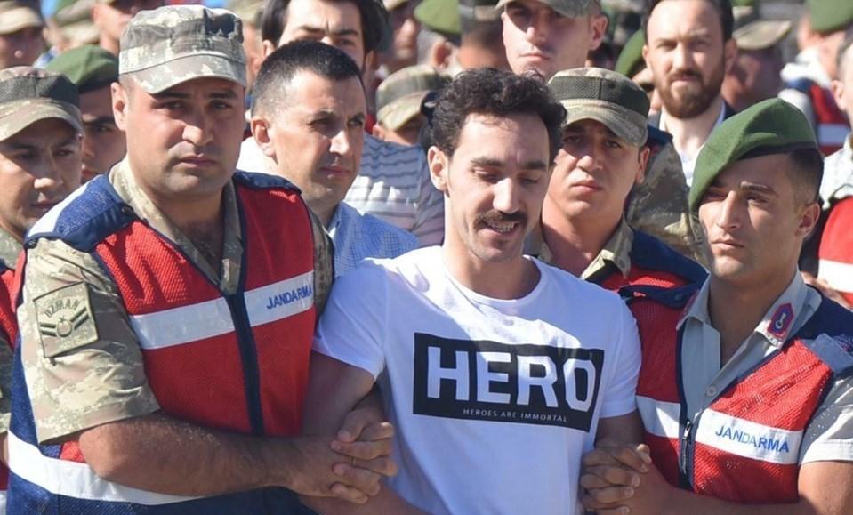 """Sanıklardan Gökhan Güçlü duruşmaya üzerinde """"Hero: Heroes are immortal (Kahramanlar ölümsüzdür) ifadesi yer alan bir tişört ile gelmişti."""