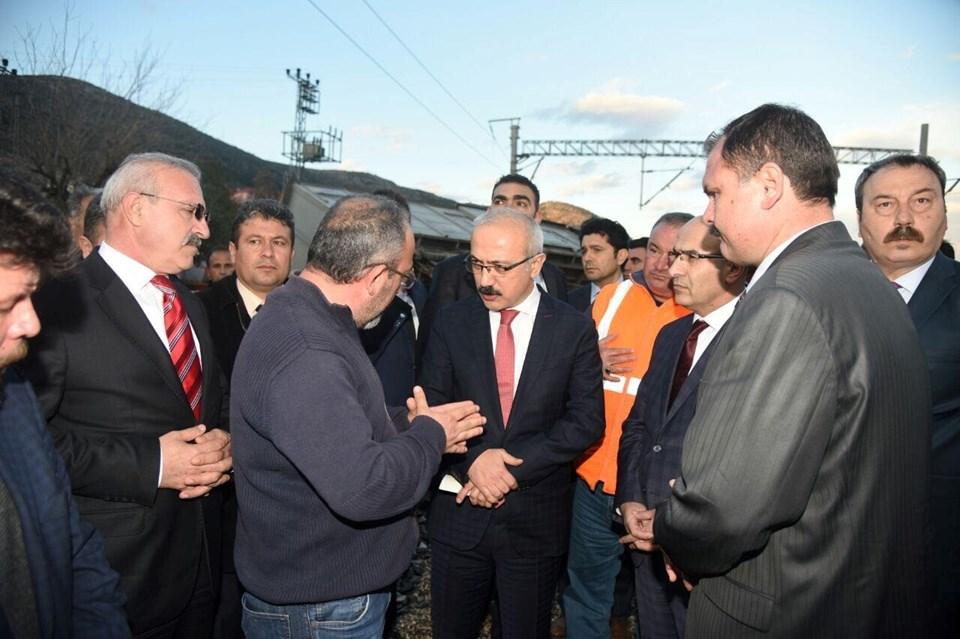 Kalkınma Bakanı Lütfi Elvan, 3 işçinin hayatını kaybettiği güzergahta incelemelerde bulundu, yaşamını yitiren demiryolu çalışanlarının yakınlarına başsağlığı diledi.