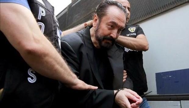 Adnan Oktar polis.jpg