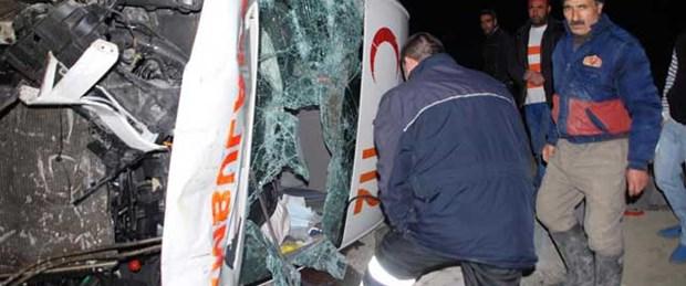 Ağrı'da ambulans devrildi: 4 yaralı
