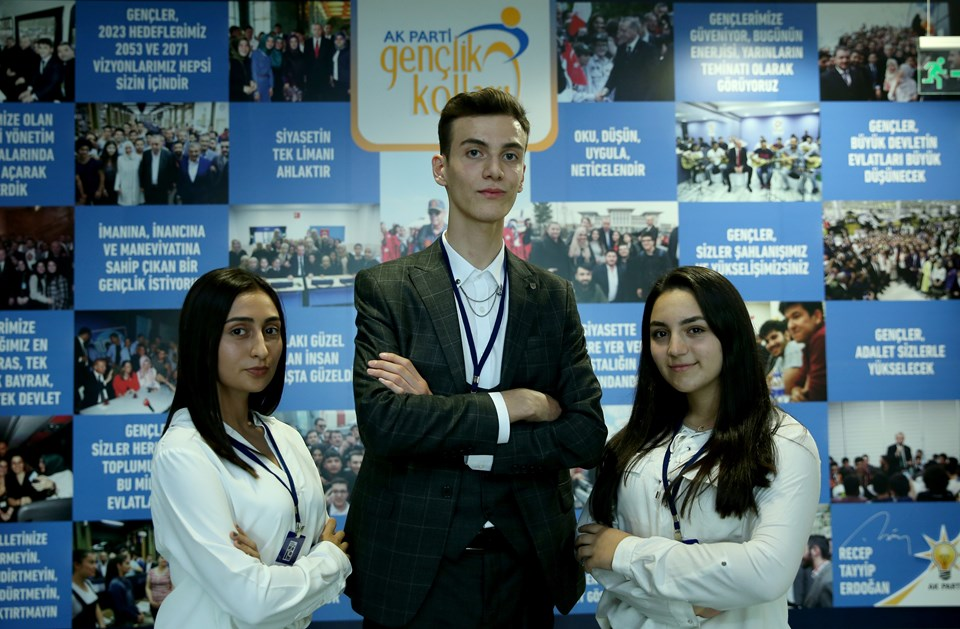 AK Parti'nin kuruluş tarihi olan 14 Ağustos 2001'de dünyaya gelen 18 genç, 18'inci kuruluş yıl dönümü etkinliklerine katıldı. Lise öğrencisi Ayşenur Döner (sağda), Gemi Mühendisi olmayı amaçlayan Ömer Faruk Çavuşoğlu (ortada) ve Aysel Karakehya (solda)