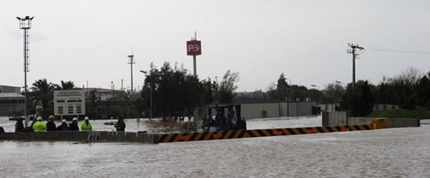 Antalya sağanak ve fırtınayla boğuşuyor