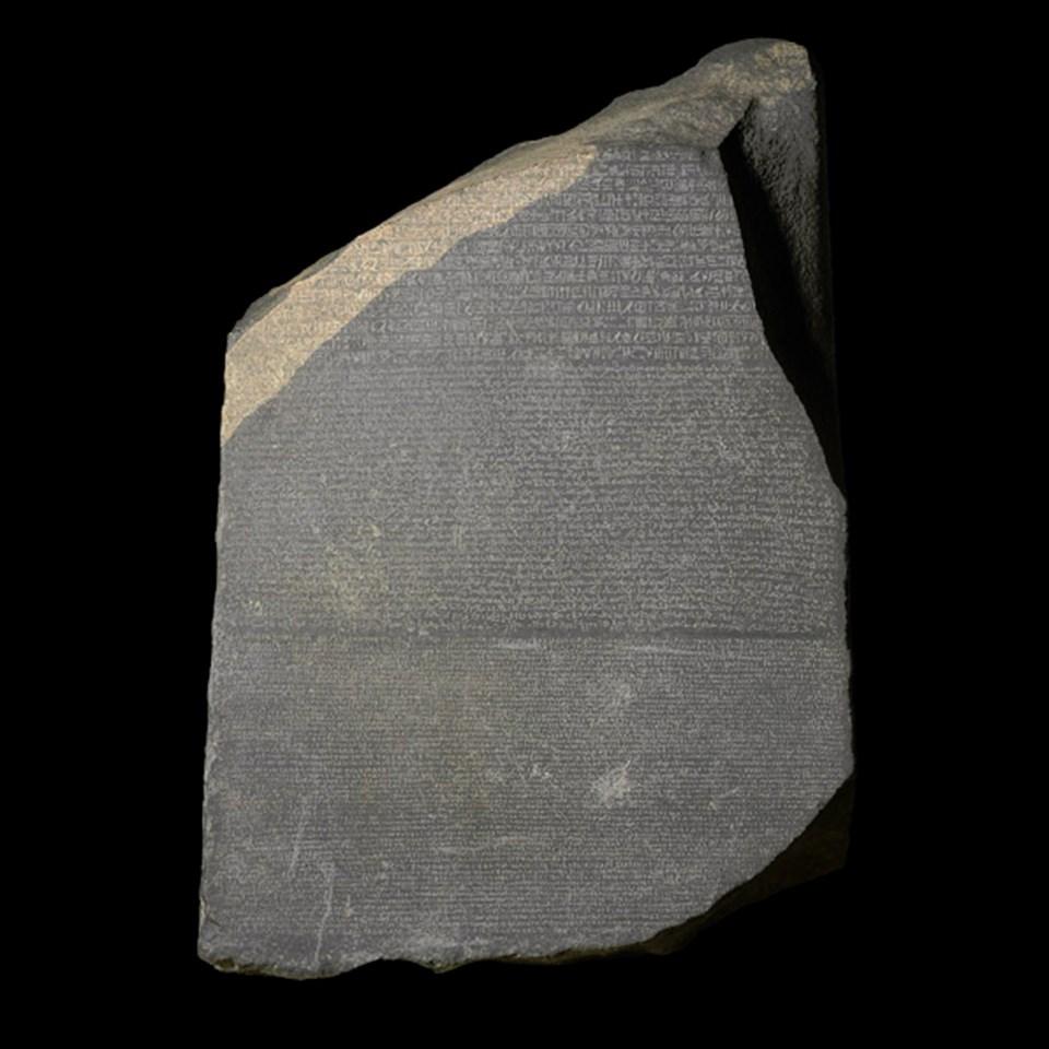 British Museum'da yer alan, M.Ö 196 yılına ait Rosetta Taşı. Antik Mısır dilini deşifre etmede kullanılan en önemli eserlerden biri olarak kabul ediliyor.
