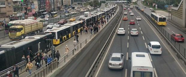 fotograflar-metrobus-duraklarinda-uzun-arac-kuyruklari-olustu-_4445_dhaphoto1.jpg