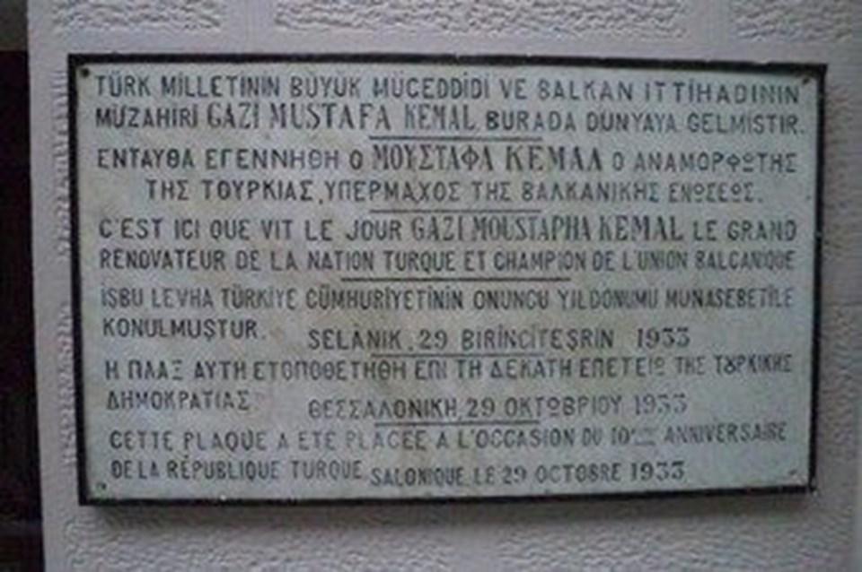 Selanik'teki evin duvarında asılı bulunan tabela.