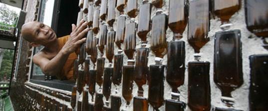 Atık cam şişeleri tapınak yaptılar