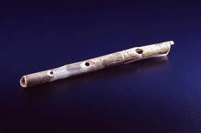 Almanya'nın güneyindeki Geißenklösterle kalıntılarında bulunan kuş kemiğinden yapılma flüt.