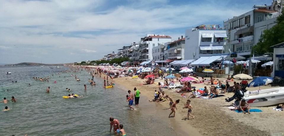 Otel ve pansiyonlarda yer kalmayınca plajlarda sabahlayanlar oldu.